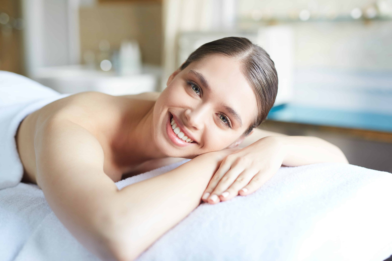 Mulher jovem após massagem