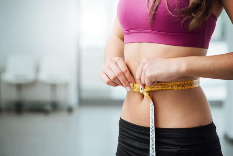 Mulher a medir a cintura elegante