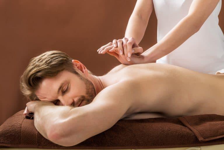 Massagem terapeutica em homem