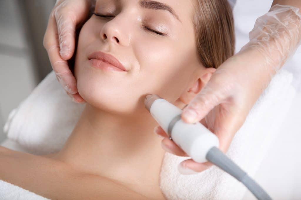 Tratamento Venus Freeze rosto a ser aplicado