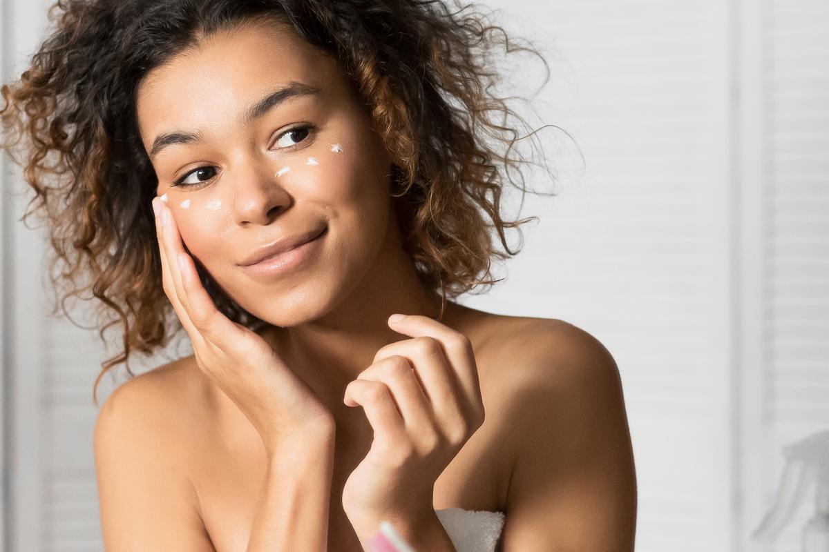 mulher a cuidar da pele do rosto